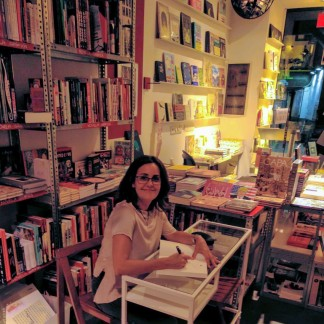 Pepa Corbacho dedicando libros